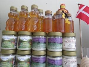 Lidt at vælge imellem. Den flydende sommerhonning sælges i plastflasker med godt 300 gram.